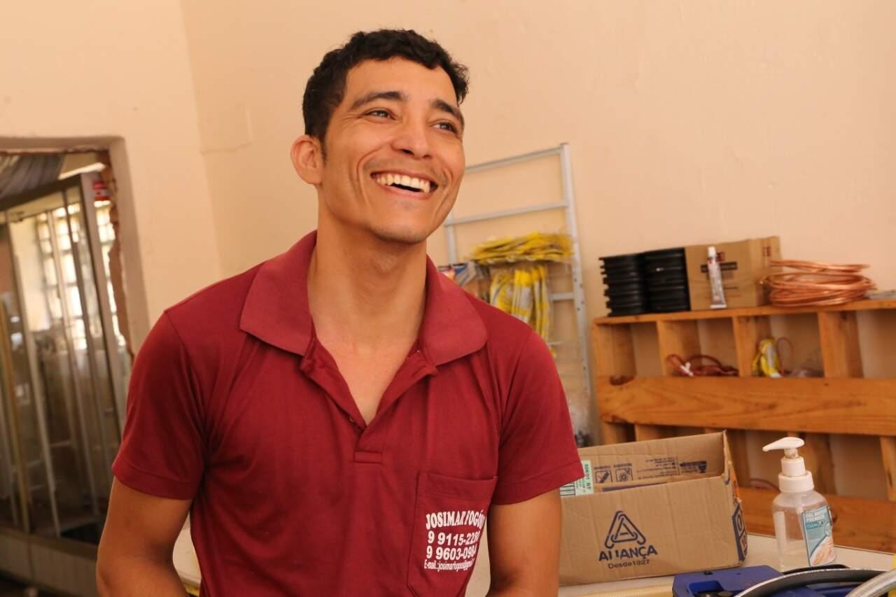 Dono do menor comércio na quadra, Josimar trabalha no ramo desde os 17 anos (Foto: Kísie Ainoã)