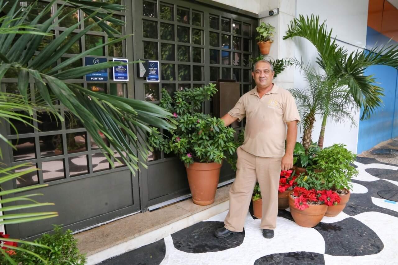 Roberval é zelador do prédio e se diz apaixonado pelas plantas. (Foto: Kísie Ainoã)