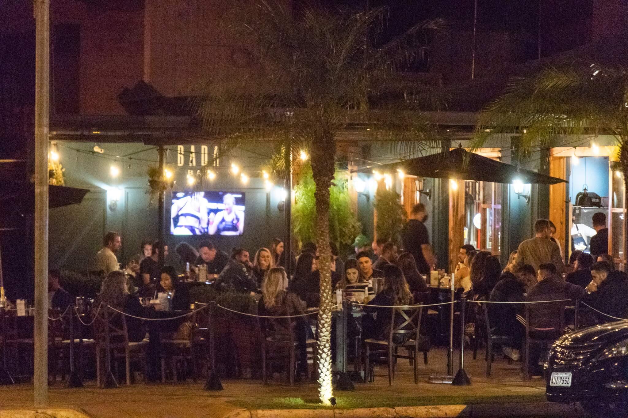 Bar, em junho deste ano, com mesas lotadas em meio à pandemia (Foto: Arquivo/Henrique Kawaminami)