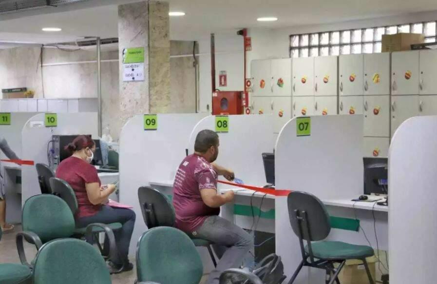 Moradores sendo atendidos na sede da Funtrab, em Campo Grande. (Foto: Divulgação)