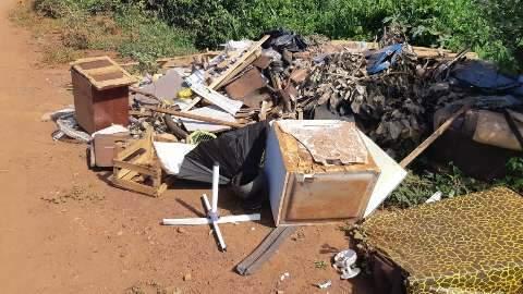 Lixo jogado próximo ao córrego Anhanduí incomoda trabalhador