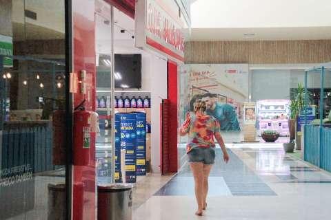 Shopping abrem mais cedo, mas com lojas vazias