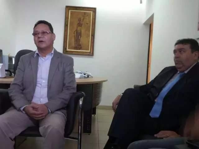Robson Martins à época das denúncias, em 2015, ao lado do seu então advogado no caso, José Roberto Rosa (Foto: Antônio Marques/Arquivo)