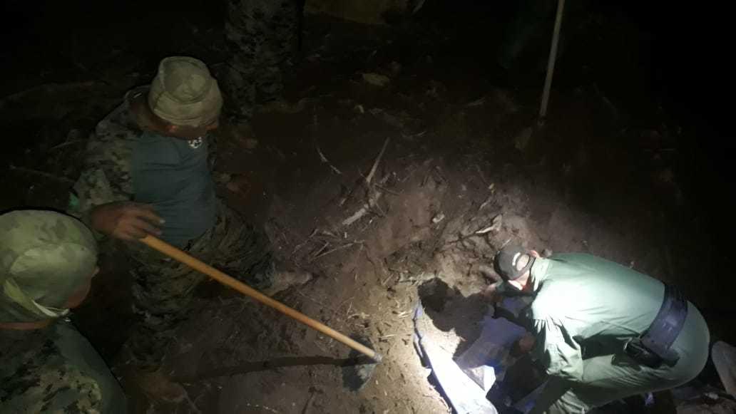Policiais encontraram droga enterrada em fazenda. (Foto: Divulgação/Bope)