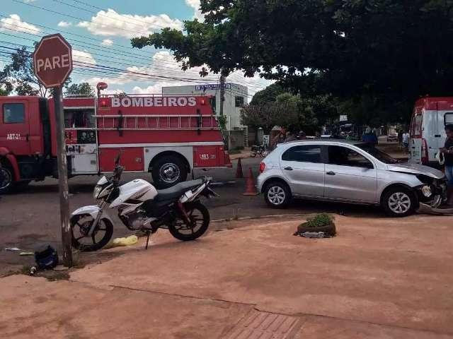Motociclista perde capacete e bate cabeça no chão após colisão