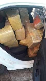 Traficante abandona veículo abarrotado com 415 quilos de maconha em fardos
