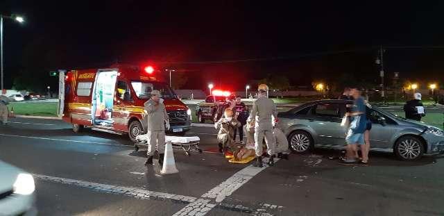 Colisão entre carro e moto deixa mulher ferida em cruzamento da Duque de Caxias