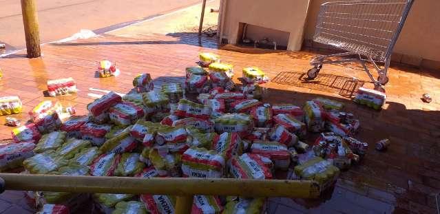 Mais de mil latas vencidas de cerveja são descartadas e conveniência autuada