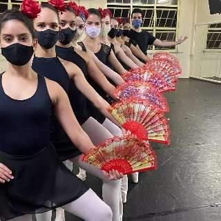 """De máscara, dança traz afago no esquema do """"semipresencial"""""""