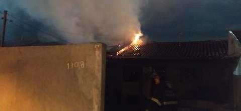 Morador é resgatado em meio as chamas de incêndio que atingiu três residências