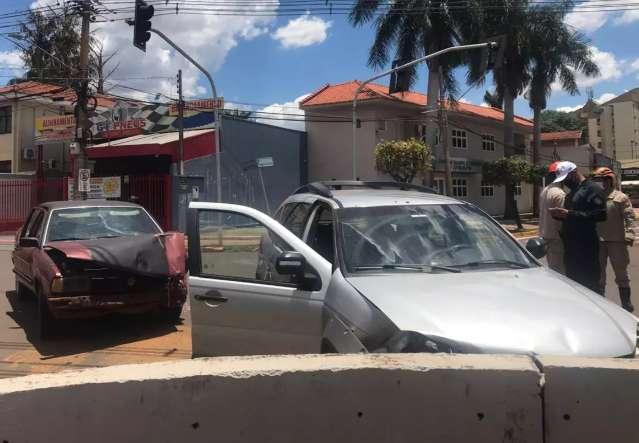 Três pessoas ficam feridas após batida entre dois carros