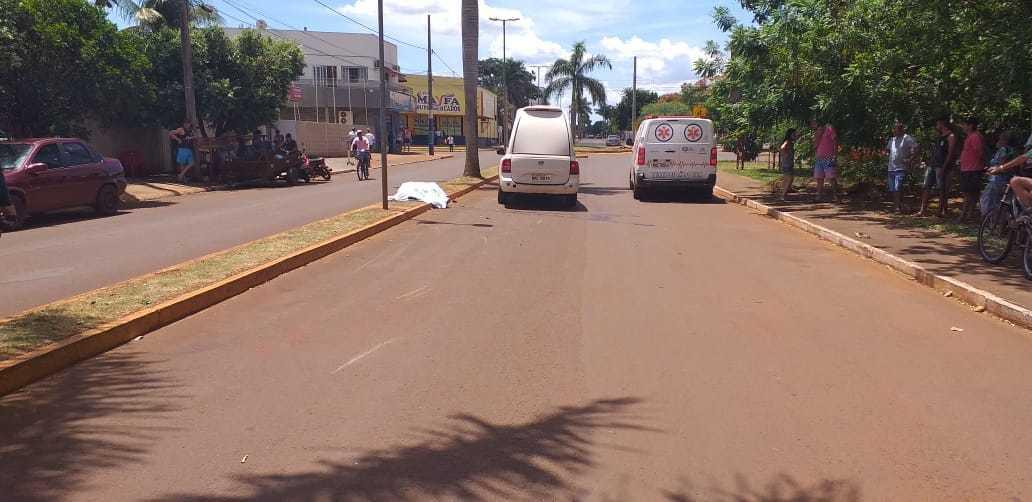 Ambulância e carro de funerária no local de acidente que acabou em morte (Foto: Olimar Gamarra/Rio Brilhante Em Tempo Real)