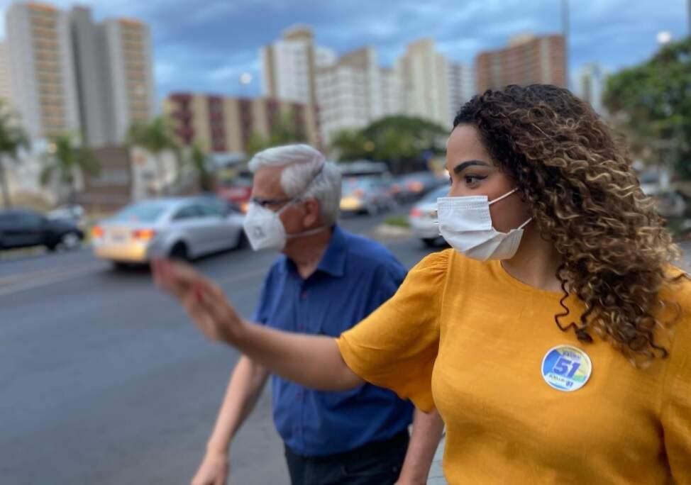 Suéllen caminha nas ruas de Bauru com o vice-prefeito Orlando Costa Dias (Foto: Divulgação/Campanha)