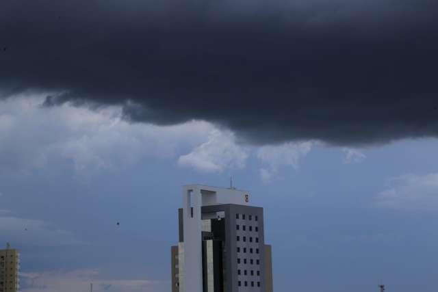 Nuvens carregadas encobrem céu da Capital e ventos fortes antecipam chuva
