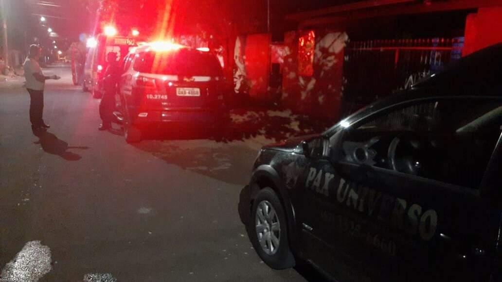 Movimentação da polícia no local onde ocorreu a troca de tiros. (Foto: Direto das Ruas)