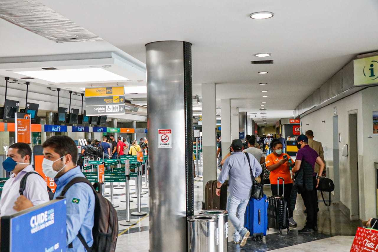 Aeroportos e companhias aéreas se adaptaram à pandemia com higienização, uso de máscaras e álcool em gel, agora a novidade deve ser a vacina contra a Covid (Foto: Campo Grande News/Arquivo)
