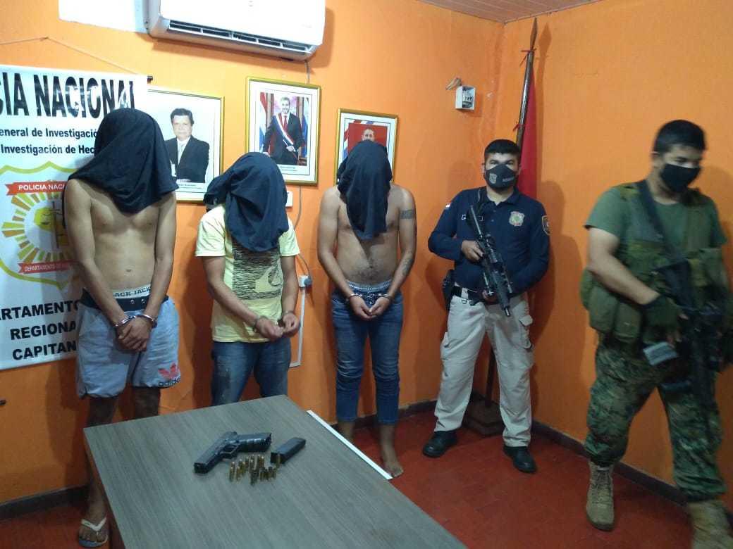 Policiais com três dos quatro presos hoje em Capitán Bado (Foto: Divulgação)