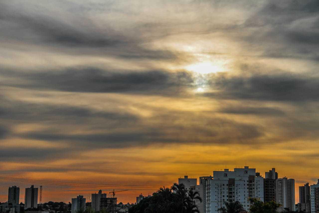 Amanhecer com céu entre nuvens na rtegião central de Campo Grande. (Foto: Marcos Maluf)