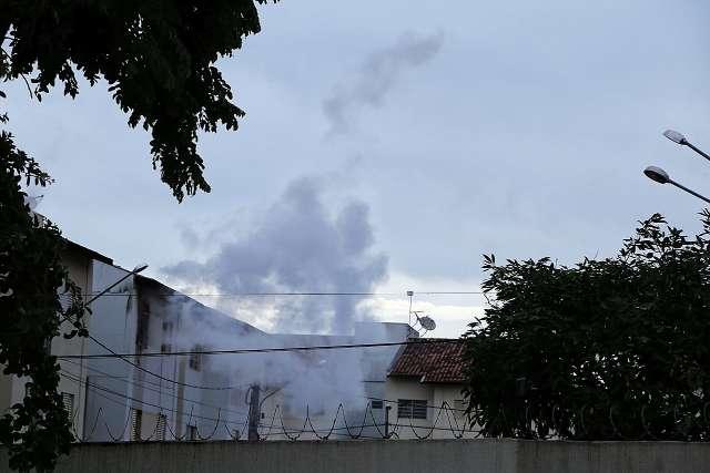 Bombeiros devem vistoriar prédios de condomínio que foi atingido por incêndio