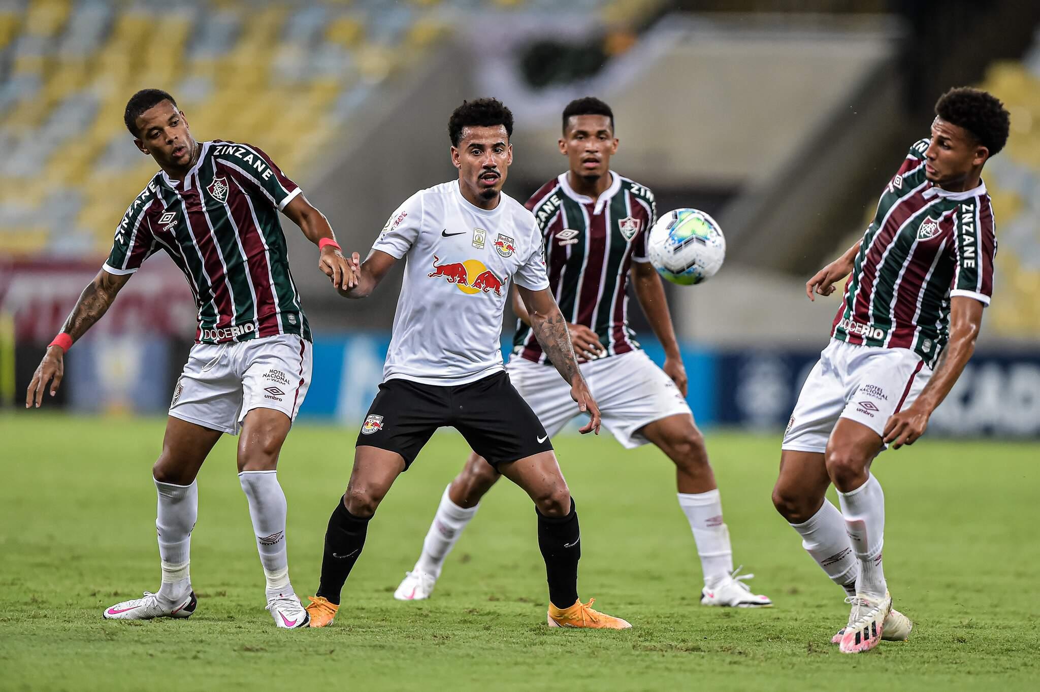 Fellipe Cardoso jogador do Fluminense disputa lance com Lucas Evangelista jogador do Bragantino durante partida no estádio Maracanã pelo campeonato Brasileiro A 2020. (Foto: Estadão Conteúdo)