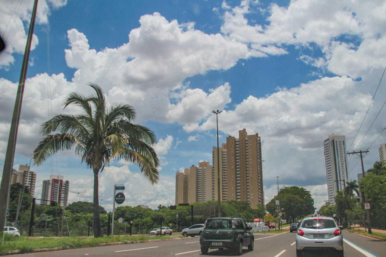 Céu com bastante nuvens nesta manhã em Campo Grande. (Foto: Marcos Maluf)