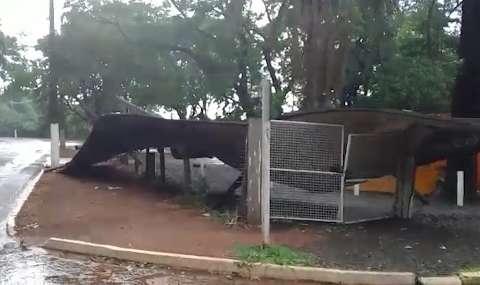 Vendaval derruba outdoor e arranca tapume da Cidade do Natal