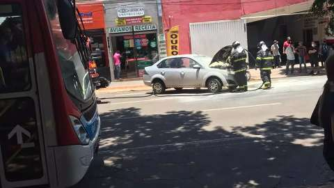 Motorista estaciona e carro pega fogo no Centro da Capital