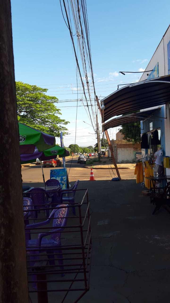 Imagens da fiação caida na via pública no bairro Pioneiros. (Fotos:Direto das Ruas)