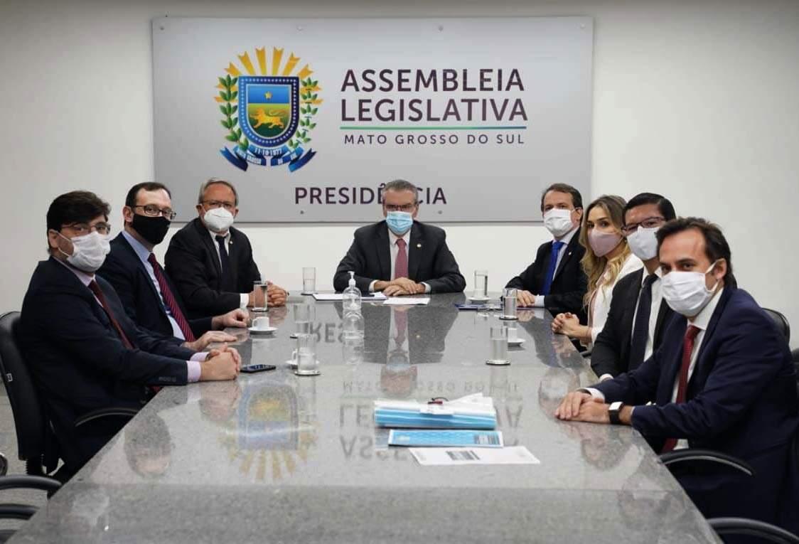 Integrantes do Ministério Público entregaram projeto para o presidente da Assembleia, o deputado Paulo Corrêa (Foto: Ana Paula Leite -MPMS)