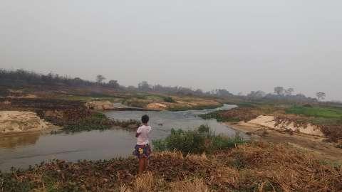 Água de cinzas e falta de comida são efeitos do fogo aos ribeirinhos do Pantanal