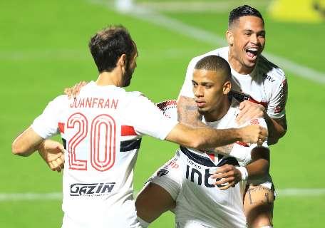 São Paulo vence lanterna Goiás e assume a liderança do Brasileirão