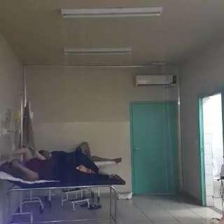 Água vaza pelo teto e faz 'chover' em enfermaria de posto de saúde