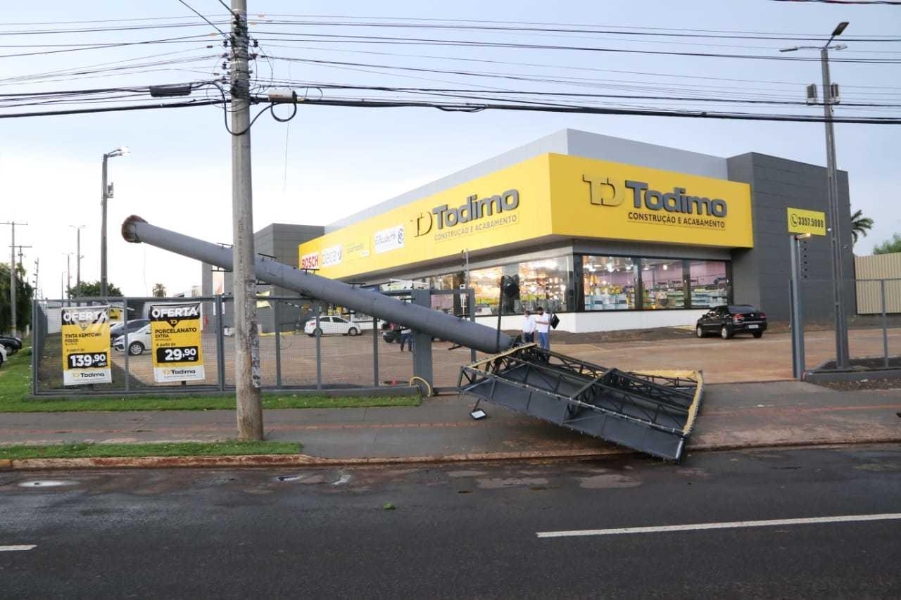 Totem de loja caído após tempestade na tarde desta quinta-feira. (Foto: Kísie Ainoã)