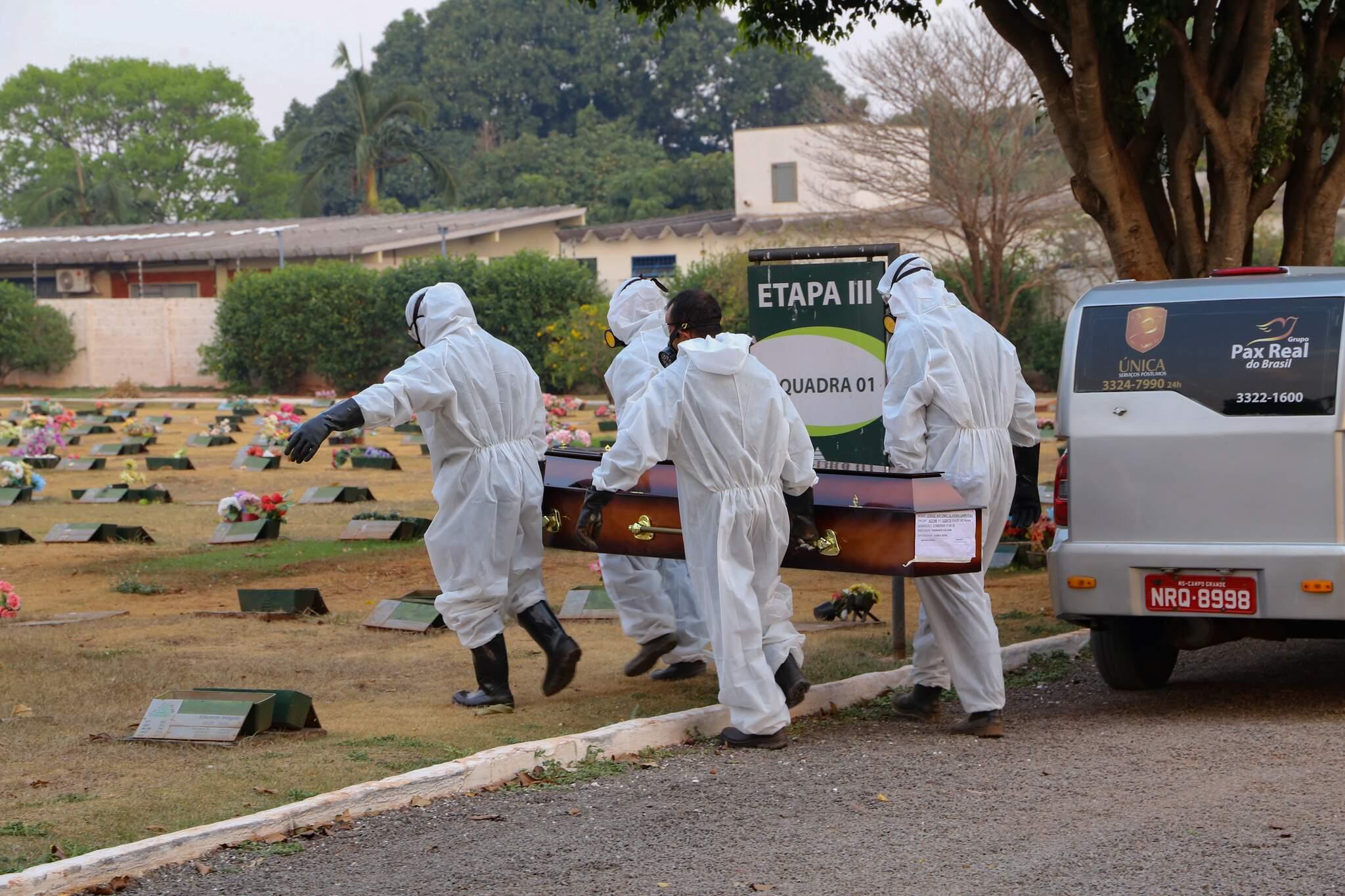 Vítima da covid-19 é sepultada em cemitério na Capital; foto foi tirada no início de outubro (Foto: Kisie Ainoã/Arquivo)