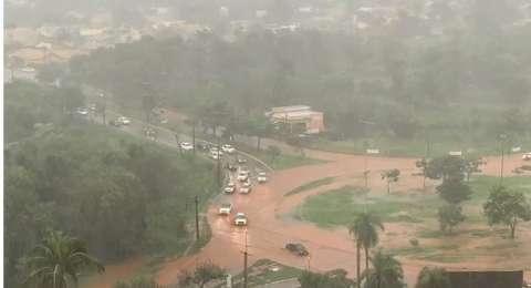 Rotatórias da Guaicurus e acesso ao Rita Vieira viram rios de lama