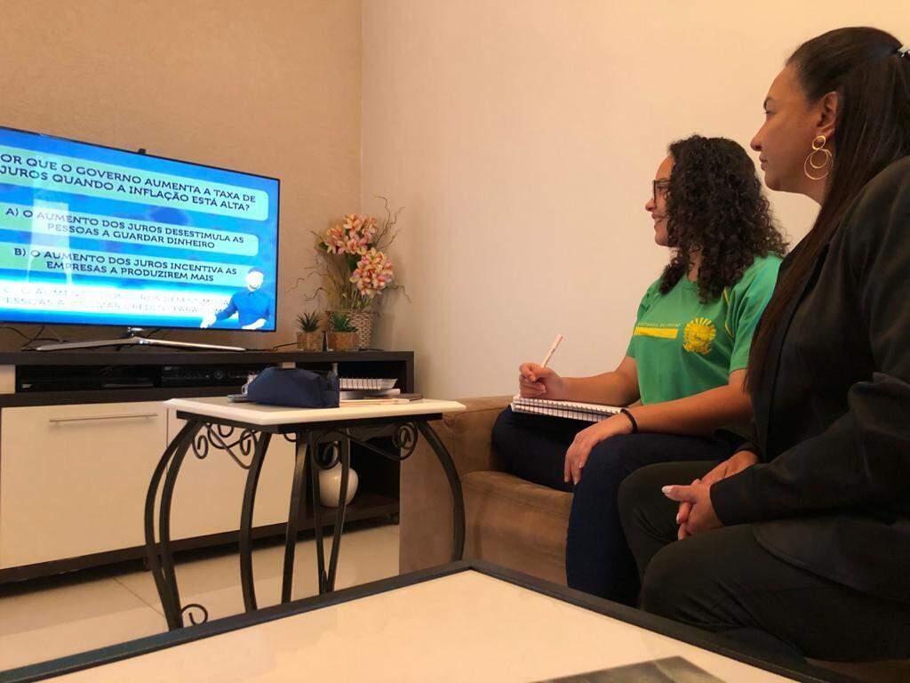 Estudante da Rede Estadual acompanha aula on-line em casa (Foto: SED/Divulgação)