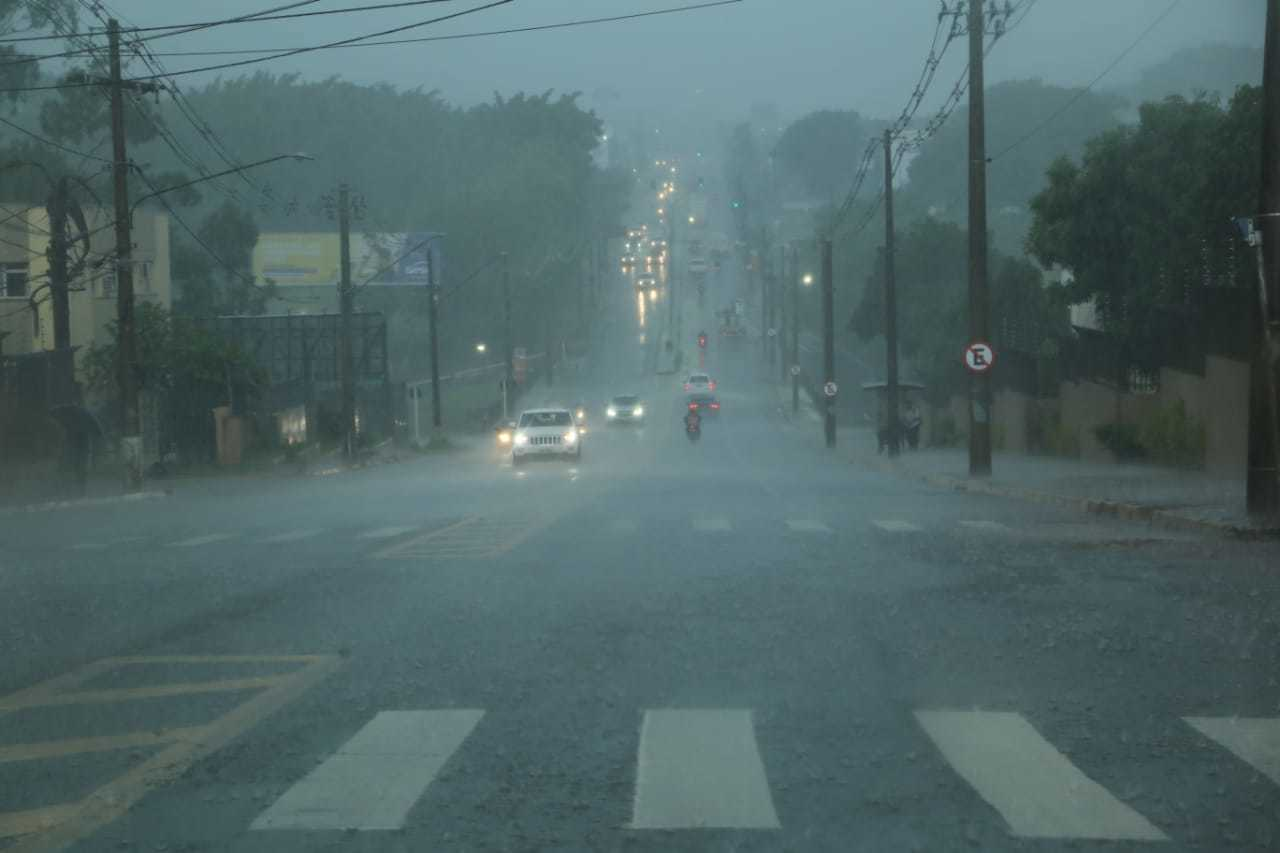 Temporal de ontem deixou bairros sem luz, mesmo um dia após a chuva. (Foto: Kisie Ainoã)