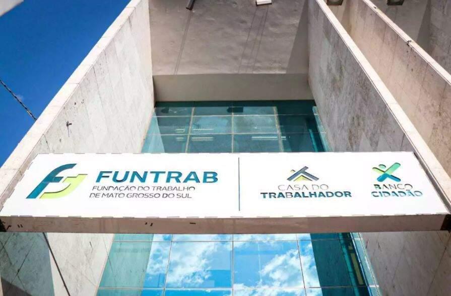 Fachada da sede da Funtrab no Centro de Campo Grande. (Foto: Henrique Kawaminami)