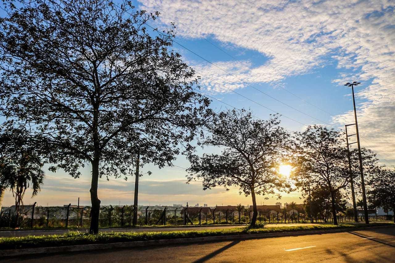 Nesta sexta-feira, céu amanheceu ensolarado e entre nuvens em Campo Grande. (Foto: Marcos Maluf)