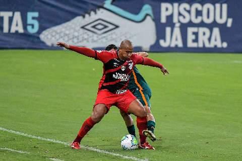 Fluminense perde pênalti, mas vira diante do Atlhetico-PR e sobe para quarto