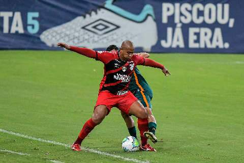 Fluminense perde pênalti, mas vira sobre o Athletico-PR e sobe para 4º