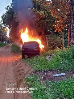 Uno sem placas é incendiado em rua do Paulo Coelho Machado