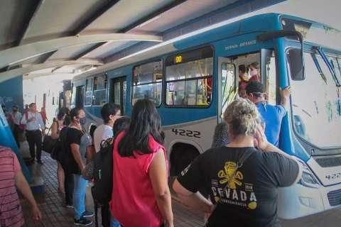 Passageiros voltam a embarcar pela porta da frente de ônibus em terminais