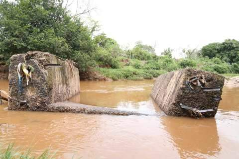 """""""A água levou ele, mãe"""", disse irmão de menino desaparecido em rio"""