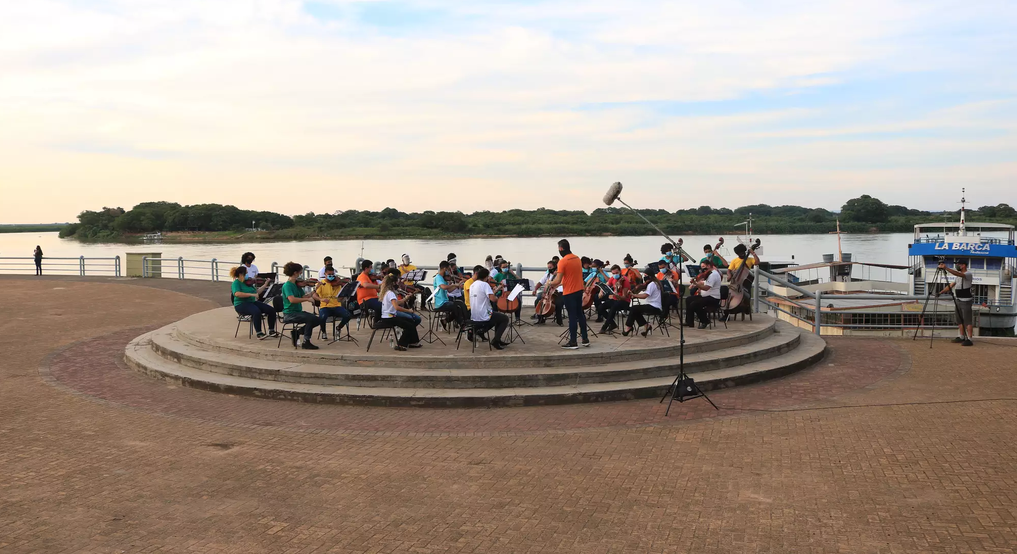 Orquestras do RJ e de Corumbá tocaram juntas na beira do rio Paraguai (Foto: Divulgação/Moinho Cultural)