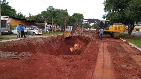 Prefeitura inicia obra para tapar buraco aberto pela chuva na Interlagos