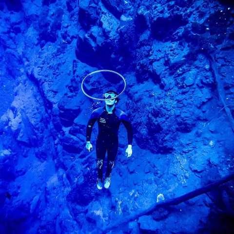 """Iago """"bomba"""" na internet com arcos de bolhas embaixo d'água"""