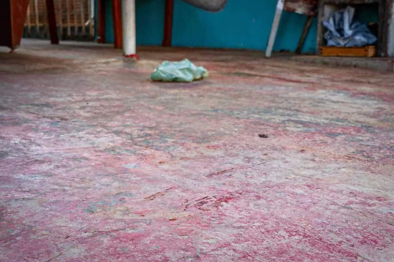 Marca de sangue em frente ao imóvel onde Margareth foi assassinada. (Foto: Henrique Kawaminami)