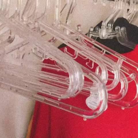 Contra roupa que só faz volume, detox no armário é dica valiosa