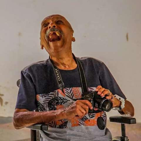 Em asilo, Geraldo ganha câmera e realiza sonho de clicar passarinhos